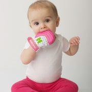 bébé-avec-mitaine-de-dentition-rose