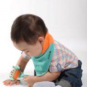 bavoir-bandana-ollie-chouette-avec-enfant