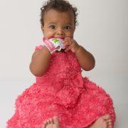 bebe-en-robe-avec-mitaine-de-dentitition-rose